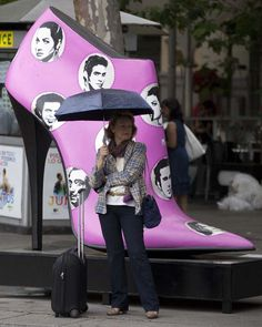 En fotos: Hermosos zapatos gigantes toman las calles de Madrid