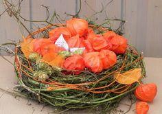 Arrangement wie ein Nest mit Lampionblumen