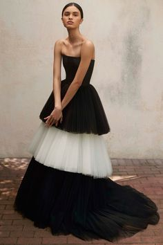 Get inspired and discover Carolina Herrera trunkshow! Shop the latest Carolina Herrera collection at Moda Operandi. Couture Mode, Style Couture, Couture Fashion, Runway Fashion, Fashion Beauty, Fashion Show, Fashion Design, London Fashion, Trendy Fashion