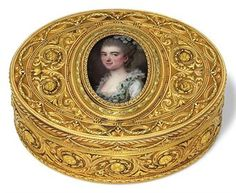 A LOUIS XVI STYLE TWO-COLOUR GOLD AND ENAMEL SNUFF-BOX