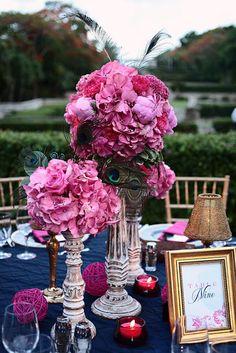 Decoraciones para bodas en azul marino y fucsia: La elegancia y distinción en las mesas de los invitados con este dúo de colores