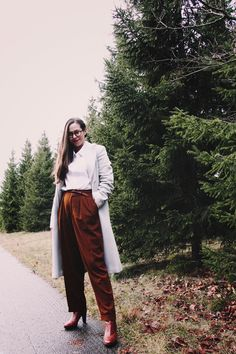 These vintage trousers are on 🔥! The pants are just snug enough on the waist but flatteringly flared everywhere else. Find them on www.lesslyvintage.com   On another point: Whenever I want to get out of my comfort zone, I just take out my tripod and camera and head outside. I believe that it's a wonderful exercise in being true to your inner weirdo and just do your thing! 🌸 #stylemevintage Ethical Fashion, Slow Fashion, Vintage Outfits, Vintage Fashion, Second Hand Clothes, Comfort Zone, Trousers, Pants, Tripod