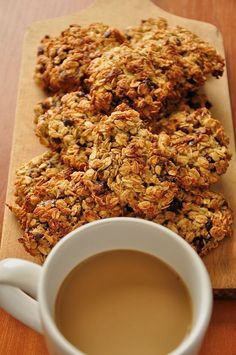 Skład (ok. 15 sztuk): – 180g płatków owsianych górskich – 30g mąki żytniej pełnoziarnistej – 40g wiórków kokosowych – 50g suszonej żurawiny (najlepiej nie dosładzanej) – 50g suszonych daktyli – Aromat waniliowy – 2 jajka – 30g masła – 30g miodu/syropu klonowego – 30g ksylitolu (lub innego słodzika, dopasowując słodkość do swoich preferencji)  Więcej na: http://noeasy.pl/kuchnia/ciastka-owsiane-z-zurawina-i-daktylami/