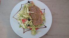 insalata del giorno con verza e pane integrale