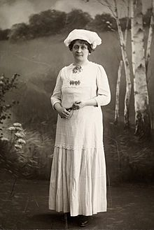 Hulda Garborg – Karen Hulda Garborg (født Bergersen 22. februar 1862, død 5. november 1934) var en norsk forfatter og kulturarbeider. Mest kjent for sitt engasjement for Det norske teater, folkevisedans og bunader. Hun var gift med Arne Garborg.
