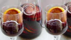 "Vino Navegado....(Ideal for cold days, warm the wine with orange. Some call it that red wine ""chambreao"" or warmed (French chambered ... nothing more patriotic). You could also take sugar, cinnamon and cloves. It warms a water bath, although some used warm beside the brazier). Chilean Recipes, Chilean Food, Tapas, Dominican Food, Vegan Kitchen, Mulled Wine, Bakery Cakes, Dessert Drinks, 20 Min"