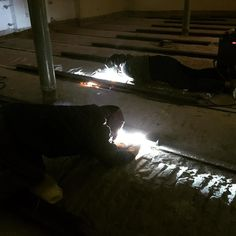 Leżenie w pracy wg #wszystkozestali  Stanisław i Wojciech nawet na leżąco robią solidną robotę. Wzmacniamy konstrukcję stalową stropu w budynku #uniwersytetmedycznywłodzi #spawanie #skanska #spawacz #spawacze