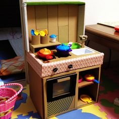 Toddler Kitchen, Diy Kids Kitchen, Kitchen Box, Cardboard Kitchen, Diy Cardboard Furniture, Cardboard Crafts, Animal Crafts For Kids, Diy For Kids, Baby Play House