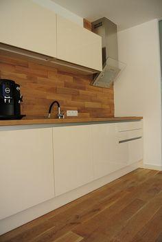 16 - Auch als Rückwand für eine Küche eignet sich das Wanddesign - hier zu sehen in Eiche, Cotton weiß 02 geölt.