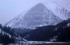 Глобальное потепление, которое серьезно коснулось таяния ледников по всей Земле, обнажило еще одну находку и в то же время загадку. На Аляске вдруг вытаяли древние пирамиды.