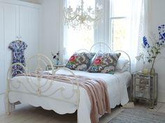 Dormitor clasic cu tenta romantica cu pat din fier forjat vopsit in alb