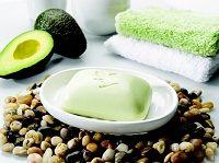 Avocado Face & Body Soap è una saponetta composta dal 100% di burro di avocado puro, idratante per la pelle del viso e del corpo, al fresco profumo di limone. Questa saponetta dona sollievo ad ogni tipo di pelle, deterge delicatamente le pelli più grasse senza irritarle, nutre in profondità le pelli più secche e delicate. L'azione idratante e nutriente dell'avocado, un frutto tipico dell'america centrale ricco di vitamine A, B, D, ed E, continua la sua azione anche dopo averlo utilizzato.