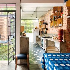 Casa antiga reformada com cozinha integrada Home Room Design, Interior Design Living Room, House Design, Layouts Casa, House Layouts, Sustainable Architecture, Interior Architecture, Facade House, Brick Facade