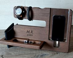 Diy Projects For Men, Wood Projects, Christmas Gifts For Men, Docking Station, Desk Organization, Desk Accessories, Home Decor Bedroom, Gifts For Husband, Boyfriend Gifts