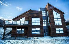 Urbanhus med kombinasjon av flatt og skrått tak - cembrit og royalkledning gir en fin tyngde til boligen.