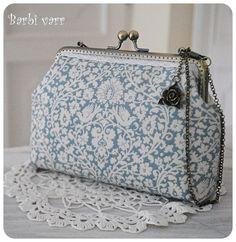 Barbi varr, avagy most másra használom a tűt. Frame Purse, Best Purses, Pencil Bags, Denim Bag, Fabric Bags, Vintage Bags, Cloth Bags, Tote Purse, Beautiful Bags