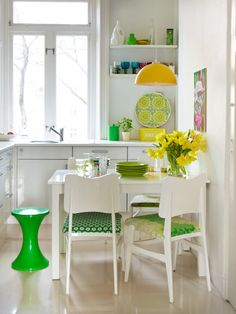 White and lime kitchen from Sanna & Sania (Susanna Zacke and Sania Hedengren), a duo of Swedish interior designers. #køk