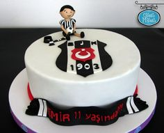 Taraftar pasta, Beşiktaş pasta, Football cake, Birthday cake for boys Birthday Party Drinks, Cake Birthday, Boy Birthday, Football Birthday, Drink Tags, Cakes For Boys, Cocktail Drinks, How To Make Cake, Fondant