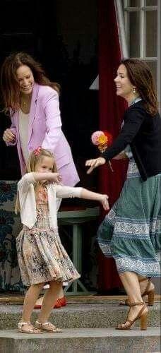 Sjove øjeblikke fra gårdagens familie fotografering på Gråsten Slot:  Alle andre var på vej ind efter gårdagens sommer fotografering - undtagen charmetrolden Prinsesse Josephine - hun var lige så godt i gang med at charme og underholde pressen og alle de fremmødte med sine umiddelbare finurlige dansetrin. Og en leende mor Mary og Carina Axelsson måtte nærmest lokke den lille undeholder med indenfor