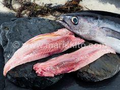 """Lomo de Bonito del Norte. El bonito es un pez migratorio de cabeza grande y cónica. Su cuerpo es fusiforme, robusto y panzudo, de color azul oscuro en el dorso, más claro y grisáceo en los flancos y plateado en el vientre. Se diferencia fundamentalmente de otros túnidos en que las aletas pectorales son muy largas. Las formas más comunes de prepararlo son en """"marmitako"""", en rollo, asado, frito, a la plancha y en cazuela. http://www.mariskito.com/12/609/comprar-lomos-bonito-norte.htm"""