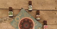 n°1:L'huile essentielle de menthe poivrée : ma préférée ! Idéale pour faire passer les maux de tête en massage d'1 ou 2 gouttes d'huile essentielle de menthe poivrée sur les tempes, je l'utilise également lorsque j'ai mangé trop copieusement et que je me sens nauséeuse. Dans ce cas, j'avale alors une cuillère à café d'huile …