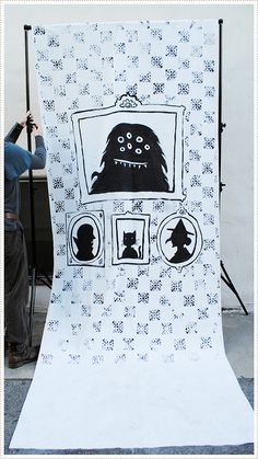 halloween photobooth- what a brilliant idea :) my friend's five year old is having a birthday party on monday - this would be soooo brilliant for some fun party portraits :)