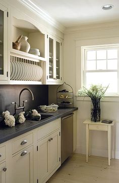 Concrete is a beautiful and very durable material, customizable with a long lifespan, concrete countertops are a perfect application for a stylish kitchen. Classic Kitchen, Stylish Kitchen, New Kitchen, Kitchen Decor, Kitchen Ideas, Kitchen Inspiration, Kitchen Grey, Black And Cream Kitchen, Bistro Kitchen