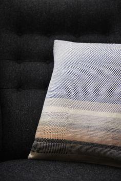 HANDS ON WOVEN - Rosa Tolnov Clausen Weaving Textiles, Weaving Art, Textile Patterns, Print Patterns, Aircraft Interiors, Tapis Design, Linen Duvet, Weaving Projects, Textile Artists