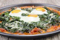 Πίτσα με αυγά μάτια, σπανάκι και βιολογική φέτα Χωριό, μια γεύση για μερικούς πρωτότυπη, αλλά για όλους νοστιμότατη! Καλή όρεξη!