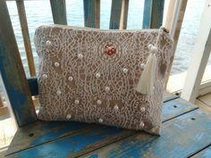 İşlemeli clutch Dantel desenli kumaştan dikilmiş bu clutch çantanın üzerine inci boncuklar pullarla işleme.... 400431