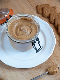 {recipe} Super easy and fast Homemade Biscoff (Speculoos) Spread. You need only 4 ingredients and a microwave! Homemade Cookie Butter, Speculoos Cookie Butter, Biscoff Cookies, Butter Cookies Recipe, Speculoos Spread Recipe, Homemade Spices, Delicious Desserts, Dessert Recipes, Yummy Food