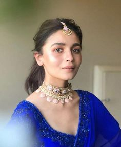 Alia Bhatt's maang tikkas are PERFECT to make a subtle statement with ethnic outfits | PINKVILLA Indian Fashion Dresses, Dress Indian Style, Indian Designer Outfits, Asian Fashion, Women's Fashion, Indian Celebrities, Bollywood Celebrities, Bollywood Fashion, Bollywood Style