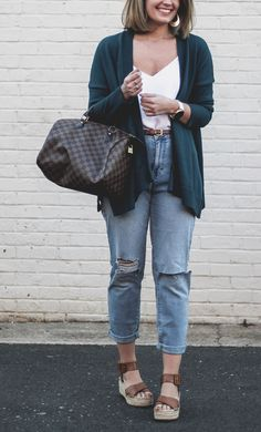 4 Must-Have Spring Essentials - Spring clothing essentials - how to style mom jeans - spring essentials - How 2 Wear It