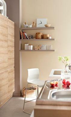 Couleurs > Couleur chaude sur le mur avec meubles bois