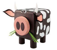 Aquí tienes un proyecto muy divertido para hacer un toro, adentro del cual puedes guardar tus lápices o los objetos que quieras. Si lo prefi...