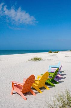 What a nice colorful Beach Chairs. They´re waiting for me.....