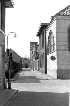 Drie schoolgebouwen én een Synagoge aan het Schalderoi, richting de kruising met de Bakenstraat en Hagenstraat. Links om de hoek was de Westerkerkengang, die uitkwam in de Hagengracht. Voorbij deze dwarsstraat aan de linkerzijde was de Koningin Wilhelminaschool vanaf 1927 gevestigd. Deze grensde met de voorkant aan de Hagengracht en met een muurafscheiding van het schoolplein aan het Schalderoi. Aan het eind van deze omheining, links op de hoek met de Hagenstraat, is het restant met twee…
