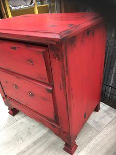 Peindre un meuble en bois avec de la peinture à la craie | Colorantic Annie Sloan Chalk Paint, Hope Chest, Filing Cabinet, Living Room Furniture, Painted Furniture, Buffet, Decoupage, Storage Chest, Shabby Chic