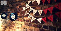 Wieczór panieński w klimatach rockabilly - połączenia kobiecych lat '50 i rock'n'rolla. Dekoracje wiszące - płyty winylowe z grafikami pin-up, oraz girlanda z napisem. / '50, pin-up, rock, rockabilly, party, Bachelorette party, girls, night, ideas, decoration, red, black, blue,vinyl, records, pin-up, graphics, signs, paper, garland.