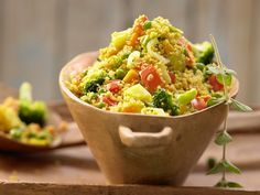 Couscous-Gemüse-Pfanne - mit Harissa - smarter - Kalorien: 354 Kcal - Zeit: 30 Min. | eatsmarter.de #eatsmarter #rezept #rezepte #gemuese #paprika #gesund #rot #gelb #gruen #couscous #harissa #pfanne #brokkoli #zwiebel #moehre
