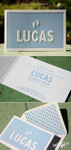 letterpers_letterpress_geboortekaartje_-lucas_strak_lichtblauw_preeg_voetjes_lief