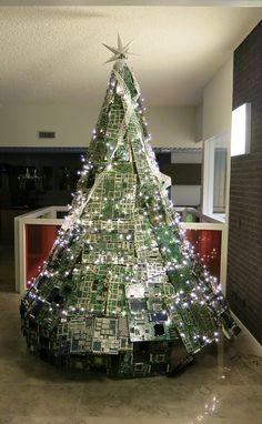 Deze kerstboom staat op de Technische Universiteit Eindhoven. De 'E-waste kerstboom' is gemaakt van ongeveer honderd printplaten en weegt maar liefst zestig kilo. Bron: TU/e Cursor