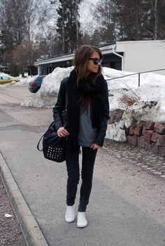 love the casual white shoes with this outfit.