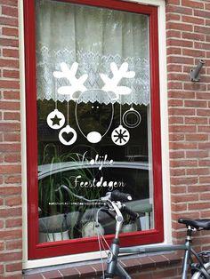 Vrolijke feestdagen! Zeg het dit jaar niet met een kerstkaart maar met een kerstraam! Maak deze DIY raamdecoratie voor de winter met dit direct te downloaden sjabloon voor een raamtekening. Dat doe je super simpel door het bestand te downloaden, op te slaan en te printen vanaf je