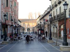 The large avenues and sidewalk cafes in Aranjuez (from http://spanishsabores.com)
