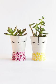 Veja neste DIY como fazer um vaso de rosto que custa menos de 1 real! Decore seu cantinho verde de um jeito mais divertido e colorido.