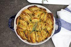 I modi per cucinare le patate al forno sono tanti, ognuno ha i suoi segreti per farle al meglio. Ecco la nostra teglia, le patate saranno super croccanti!