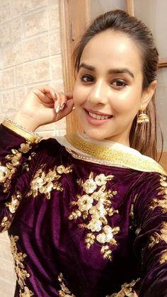 Stylish Dpz, Stylish Suit, Suit Fashion, Fashion Beauty, Punjabi Actress, Long Kurtis, Punjabi Salwar Suits, Boutique Suits, Punjabi Bride
