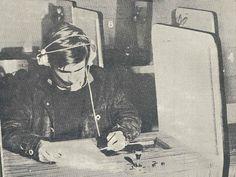 Un élève de l'ESJ (Alain Tourbier, 42e promo) en 1968, dans l'une des douze cabines individuelles que comportait le laboratoire de langue de l'époque. (Premier numéro du journal ESJ de janvier 1968)