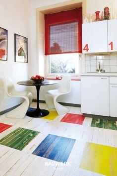 Lebhaftes Design mit farbenfrohem Parkettboden in der Küche. Bauwerk Parkett Unopark Vintage Edition, Eiche Mulitcolor  Mehr Infos hier: http://www.bauwerk-parkett.com/de/parkett/editionen/vintage-edition.html